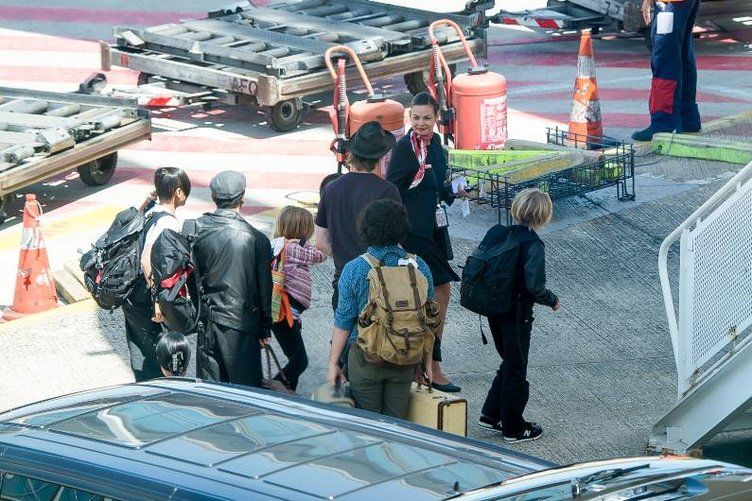 Angelina Jolie ve Brad Pitt ekonomi sınıfında uçtu