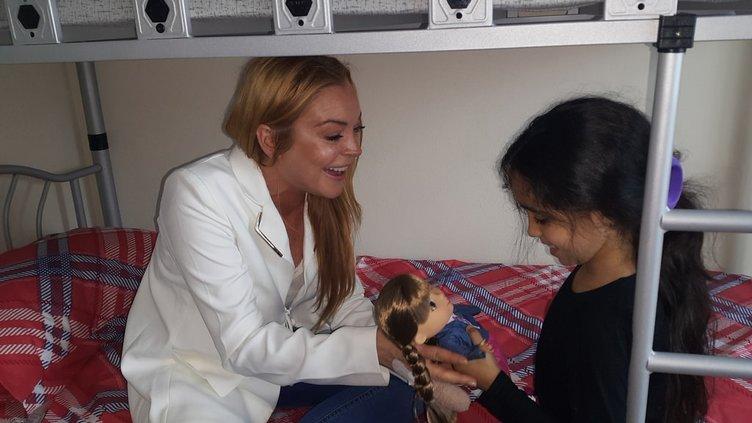 Hollywood'un ünlü yıldızı Lindsay Lohan Suriyeli aileyi ziyaret etti