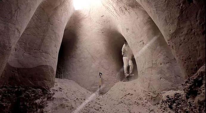 Mağarayı 10 yılda bu hale getirdi