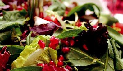Mini Turp ve Nar Eşliğinde Akdeniz Yeşillikleri