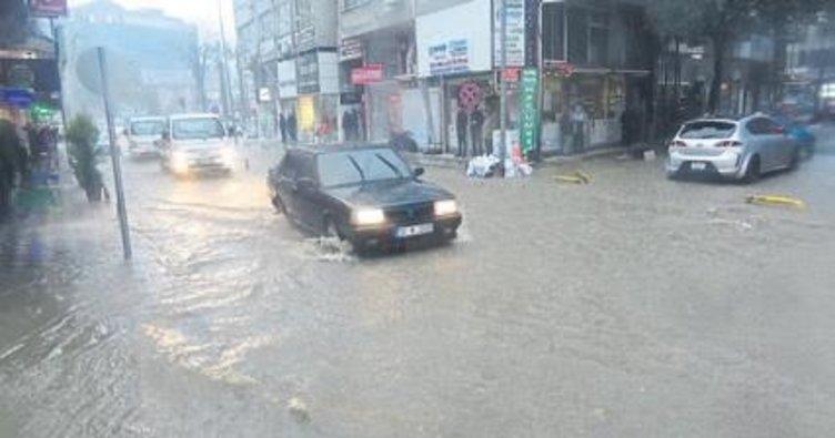 Edremit'te sağanak yağış sele neden oldu