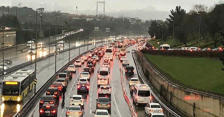 SON DAKİKA: Meteoroloji uyarmıştı: İstanbul'a yağmur yağdı! Trafik tıkandı vatandaş zor anlar yaşadı!
