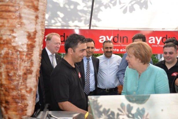 Merkel döneri hem kesti hem de yedi