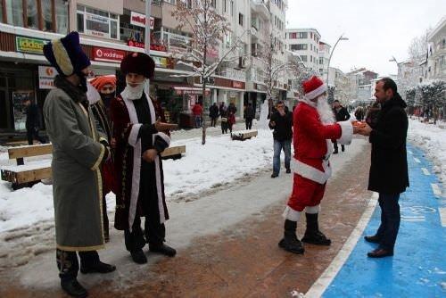 Yeniçeriler Noel Baba'yı kovaladı