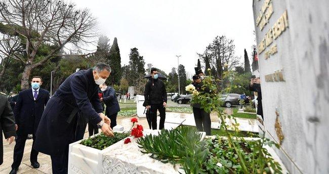 Mehmet Akif Ersoy kabri başında dualarla anıldı