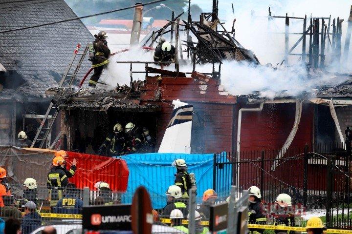 Şili'de akılalmaz olay! Elektrik hatlarına dolanan uçak evlerinin üzerine düştü!