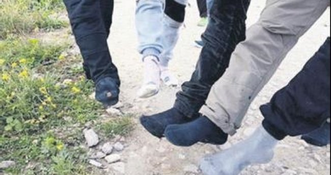 Fransız polisi ayakkabıları çalıyor