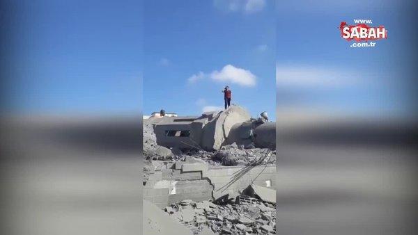 Gazze'de cami enkazında yürek burkan ezan! İşgalci İsrail camileri de hedef aldı