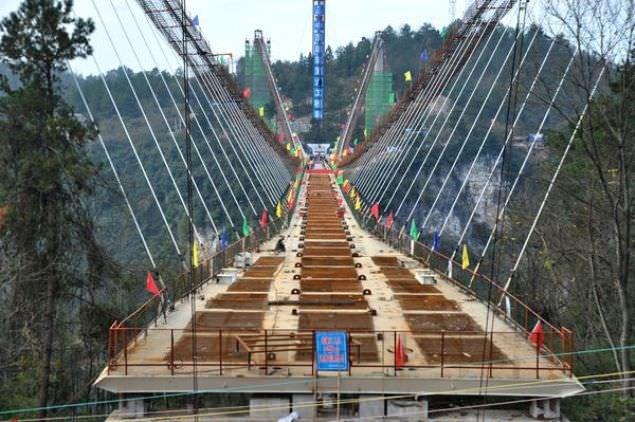 Cam köprü balyozlarla test edildi