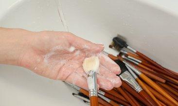 Makyaj fırçalarını temizlemenin püf noktaları