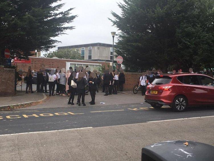 İngiltere'de okulun ilk günü skandal!