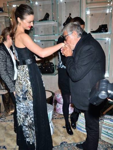 Miranda Kerr'i öpmeye doyamadı