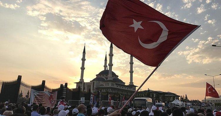 Cumhurbaşkanlığı Külliyesi'nde 'demokrasi nöbeti' için toplandılar