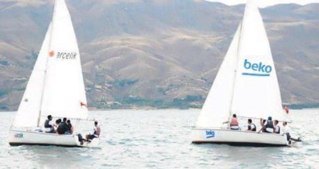 Eğitim için 2 yelkenliyi karadan Elazığa'a taşıdılar