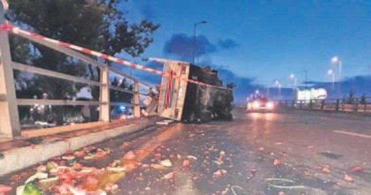 Karpuz kamyonet devrildi: 2 yaralı