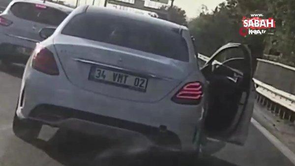 Seyir halindeki otomobilden ayağını sarkıtarak yolculuk yaptı | Video