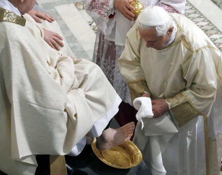 Papa ayak yıkadı