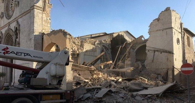 İtalya'da depremin vurduğu kasaba boşaltıldı