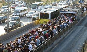 Metrobüslerde tıka basa yolculuk; seferlerin artırılmasını istediler