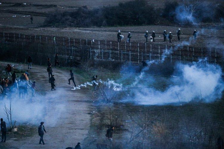 Yunan polisinden göçmenlere çok sert müdahale! Yunan polisi mültecileri gaza boğdu!