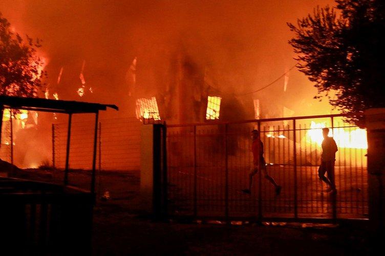 Son dakika: Yunanistan'da korkunç görüntüler! Mülteci kampı kül oldu, Yangından kaçmak isteyenlere engel...