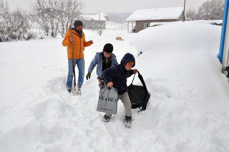 Kar nedeniyle gelemeyen öğrencilerini okula taşıyor