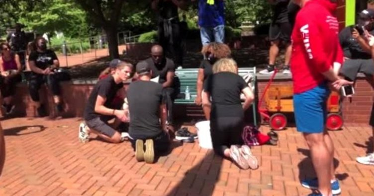 ABD'de polisler siyahi dini liderlerin ayaklarını yıkadı
