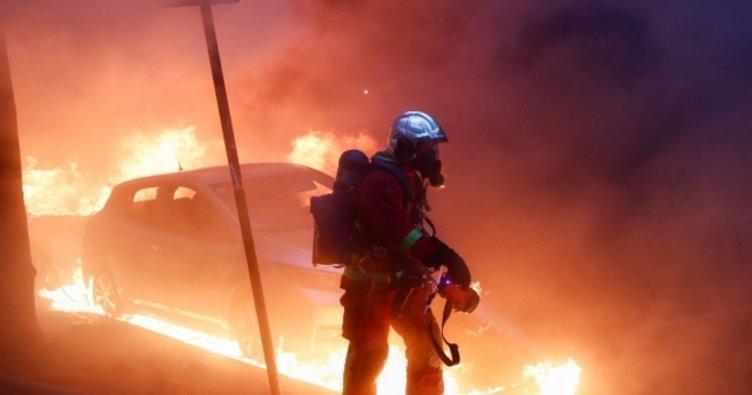 Söküm yapılan binanın dış kaplaması alev alev yandı