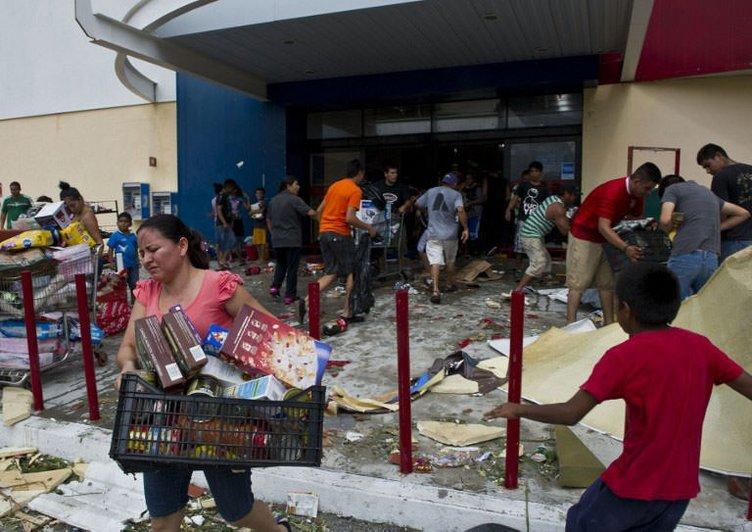 Kasırga vurdu, marketler yağmalandı