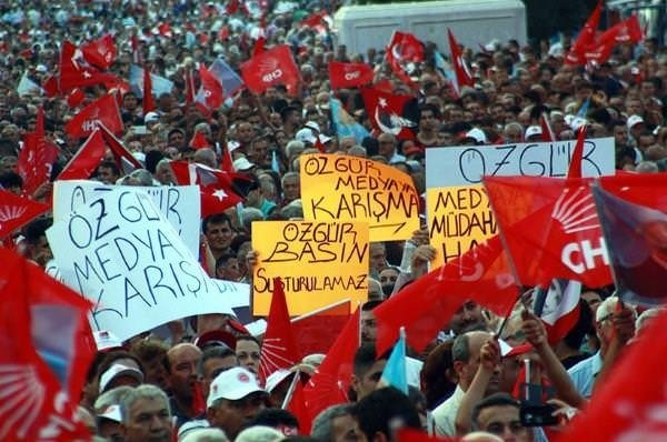 Birbirine zıt 4 partiden ortak pankart