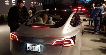 Tesla Model 3'ün ilk fotoğraflarını Elon Musk paylaştı