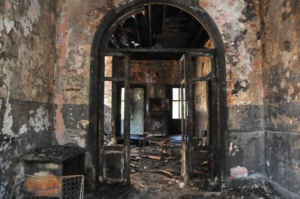 Bakırköy'de yanan tarihi Taş Mektep