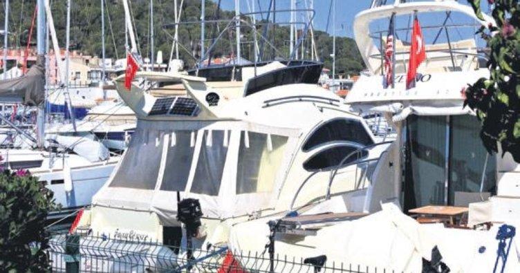 Çeşme limanında Türk bayrakları