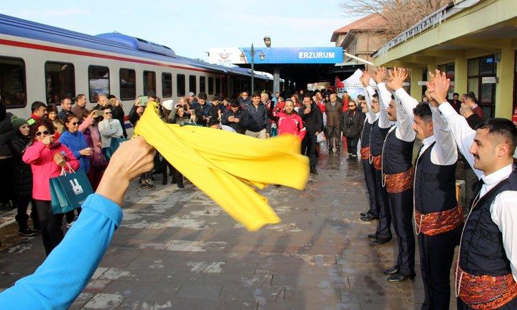Doğu Ekspresi yolcularına davul- zurna ve mehterli karşılama