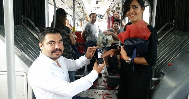 Metrobüste sürpriz evlilik teklifi