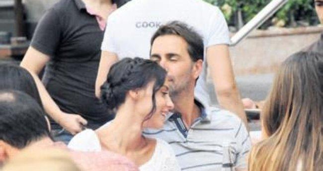 Eşini öpücüklere boğdu