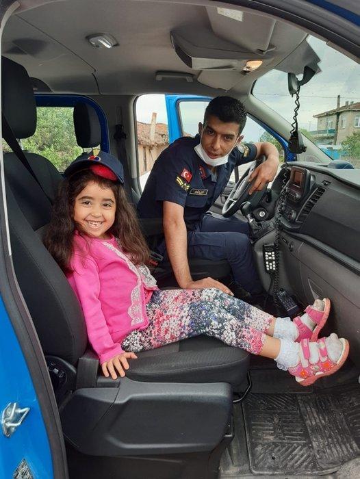 Ekip aracının sireninden korkan minik Elif'e jandarmadan sürpriz