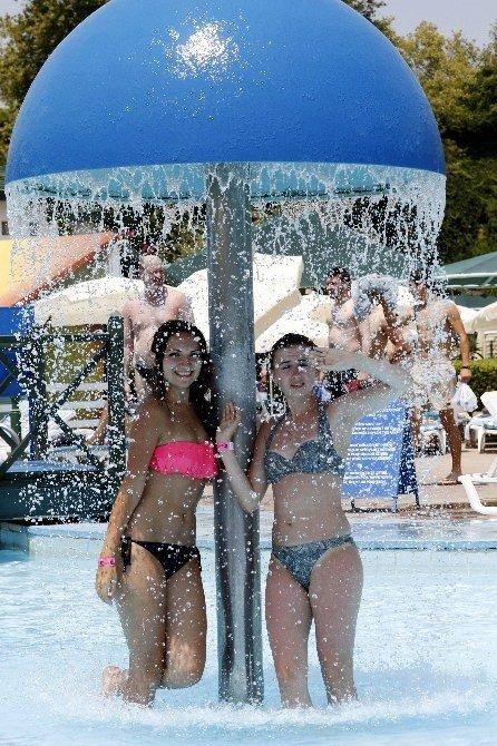 Antalya'da sıcaklar arttı turistler coştu
