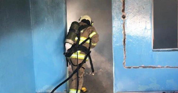 Burhaniye'de metruk ev yandı
