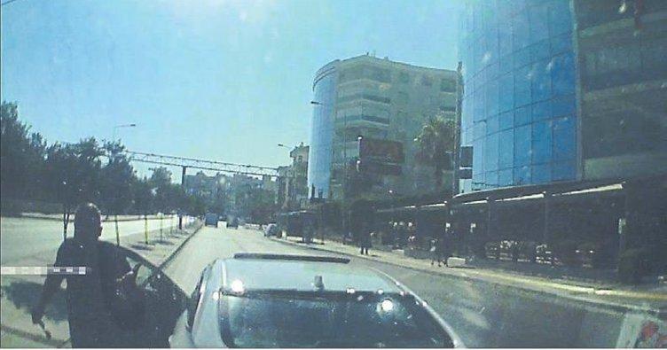 Yol isteyen ambulans şoförüne tepki gösterdi