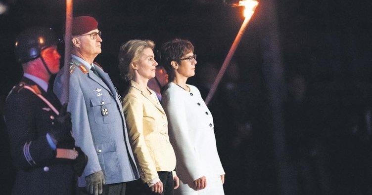 Berlin'den meşaleli törenle uğurlandı