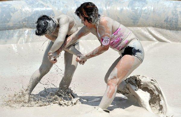 Çin'de kadınlararası çamurda güreş yarışması