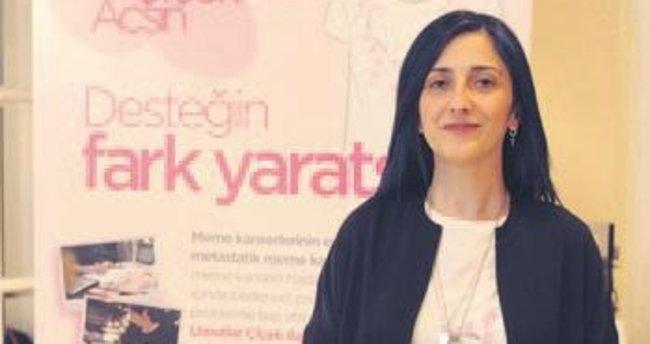Gökçe'den meme kanserine dikkat çeken tişörtler