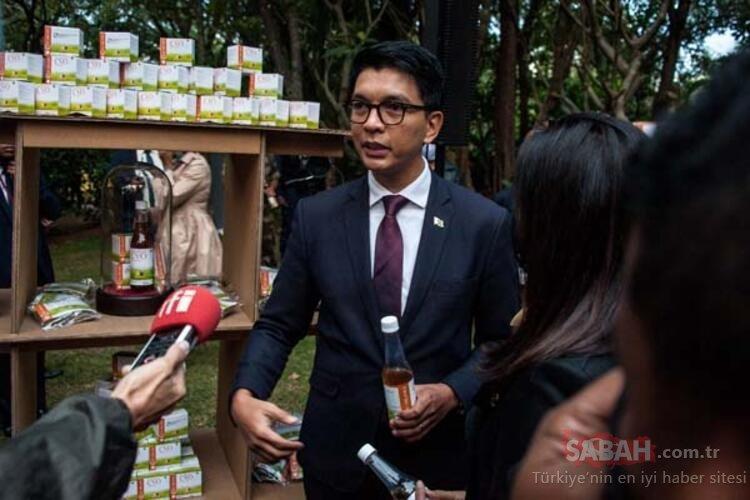 Madagaskar Cumhurbaşkanı Rajoelina corona virüsün ilacını bulduk diyerek canlı yayında içti