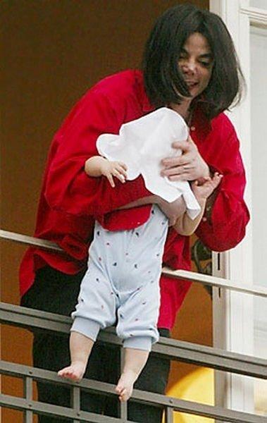 Michael Jackson'ın balkondan sarkıttığı oğlu büyüdü! Son görüntüsü şaşırtıyor