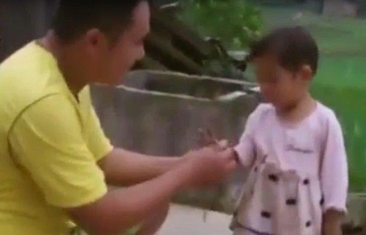 Kızını ölüme hazırlamak için her gün mezara gidiyor