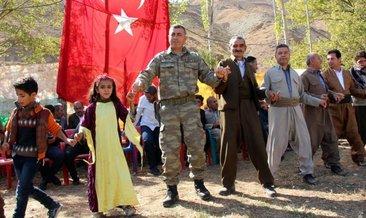 Hakkari Aktütün'de askerler, düğüne katılıp halay çekti