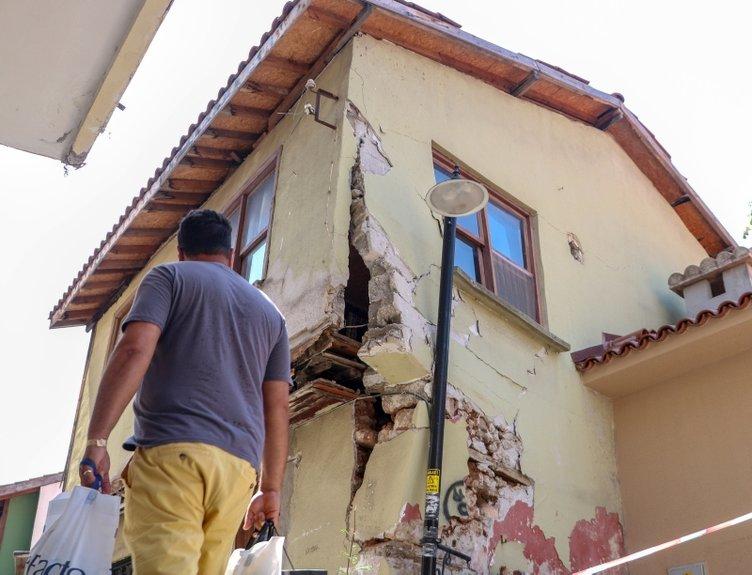 Yıkılan duvarı sokak lambası direği ayakta tutuyor