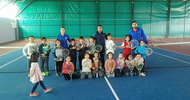 Malatya'da öğrenciler tenis öğreniyor
