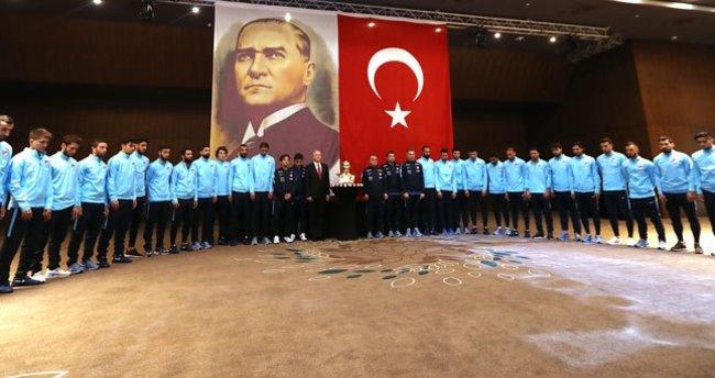 A Millilerden, Atatürk için saygı duruşu